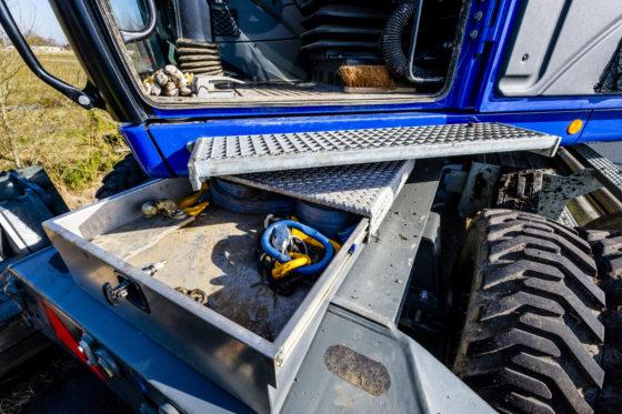 Zowel op de voor- als achterzijde van de machine is door importeur Wynmalen & Hausmann een speciale gereedschapskist met schuifdeksel opgebouwd