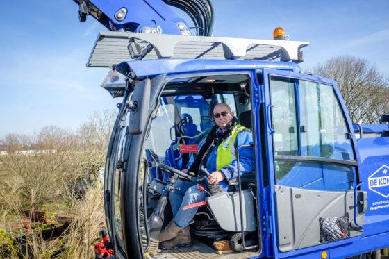 Machinist Martin Blom, sinds augustus 2017 werkzaam bij Gebr. De Koning, vroeg zijn werkgever de Liebherr A920 te voorzien van giekvering en een draaikantelstuk.