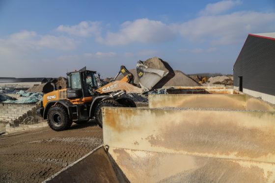Het werk op de betoncentrale bestaat uit het vullen van de indoseerbunkers. Als de centrale op volle capaciteit draait, is dat aanpoten. De vierkuubse bak komt van Eurosteel.