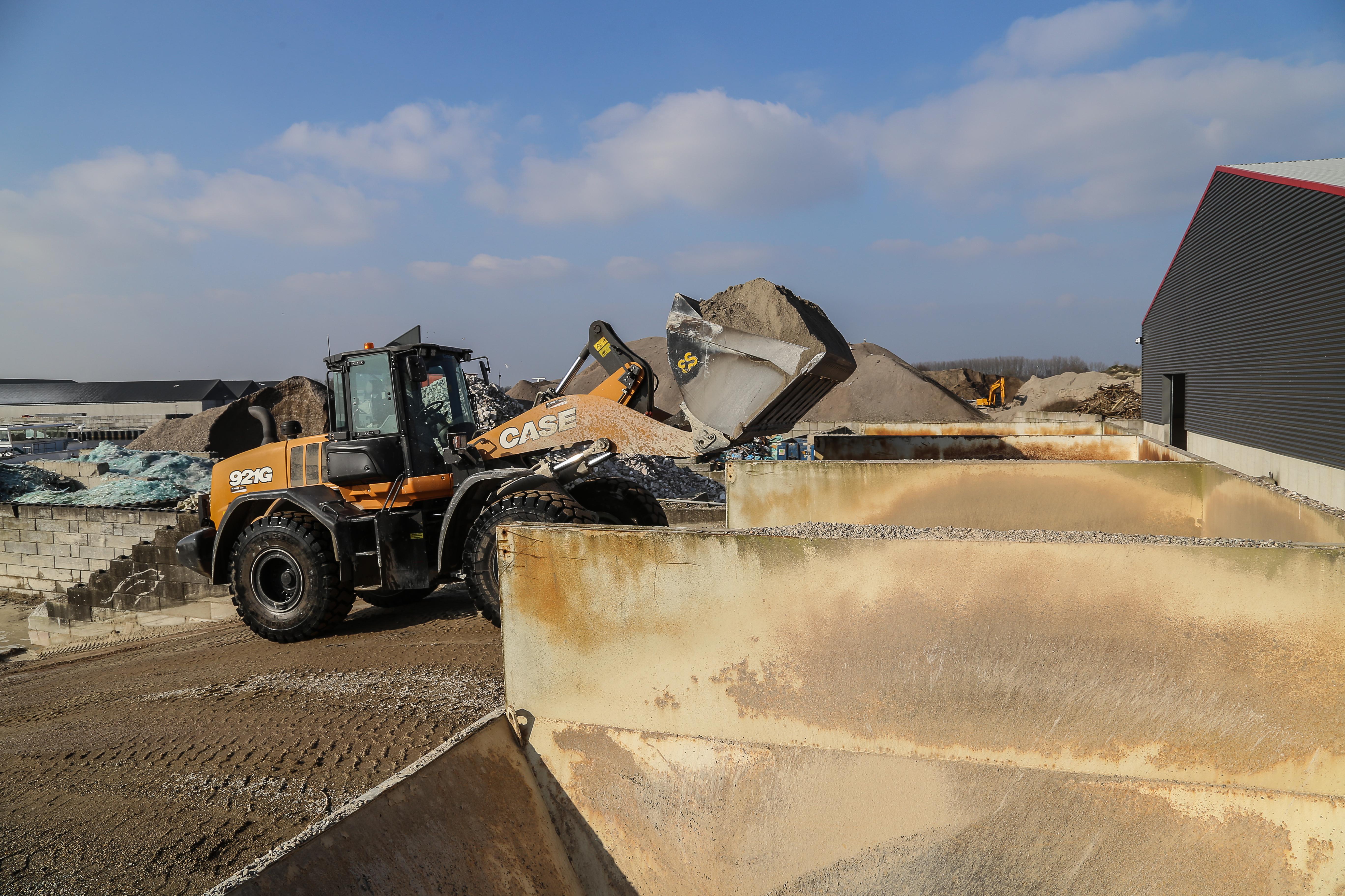 <p>Het werk op de betoncentrale bestaat uit het vullen van de indoseerbunkers. Als de centrale op volle capaciteit draait, is dat aanpoten. De vierkuubse bak komt van Eurosteel.</p>