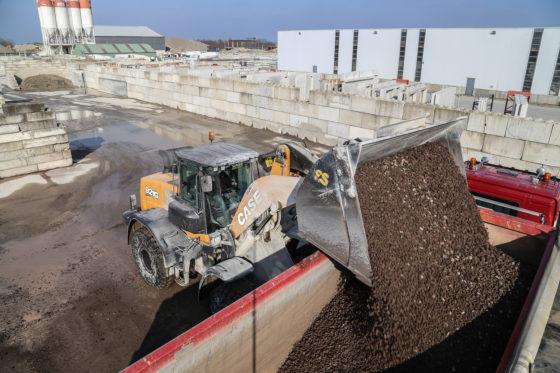 Tussen de bedrijven door laadt de Case ook vrachtwagens op een naastgelegen overslagterrein. Voor dit werk mocht de Case nog wel een maatje groter, naar de zin van machinist.
