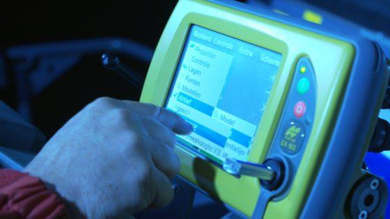 Het 3D-freesmodel (of asfalteringsmodel) wordt ingeladen in de control-box op de machine, waarna de freesdiepte via de gps-coördinaten automatisch wordt aangestuurd.