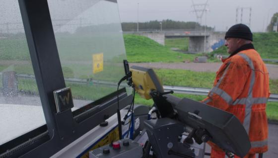 Ondanks de automatisering blijven machinisten cruciaal. Zij kunnen zich door het automatisch 3D-frezen beter concentreren op de machine en het vullen van vrachtauto's of dumpers.