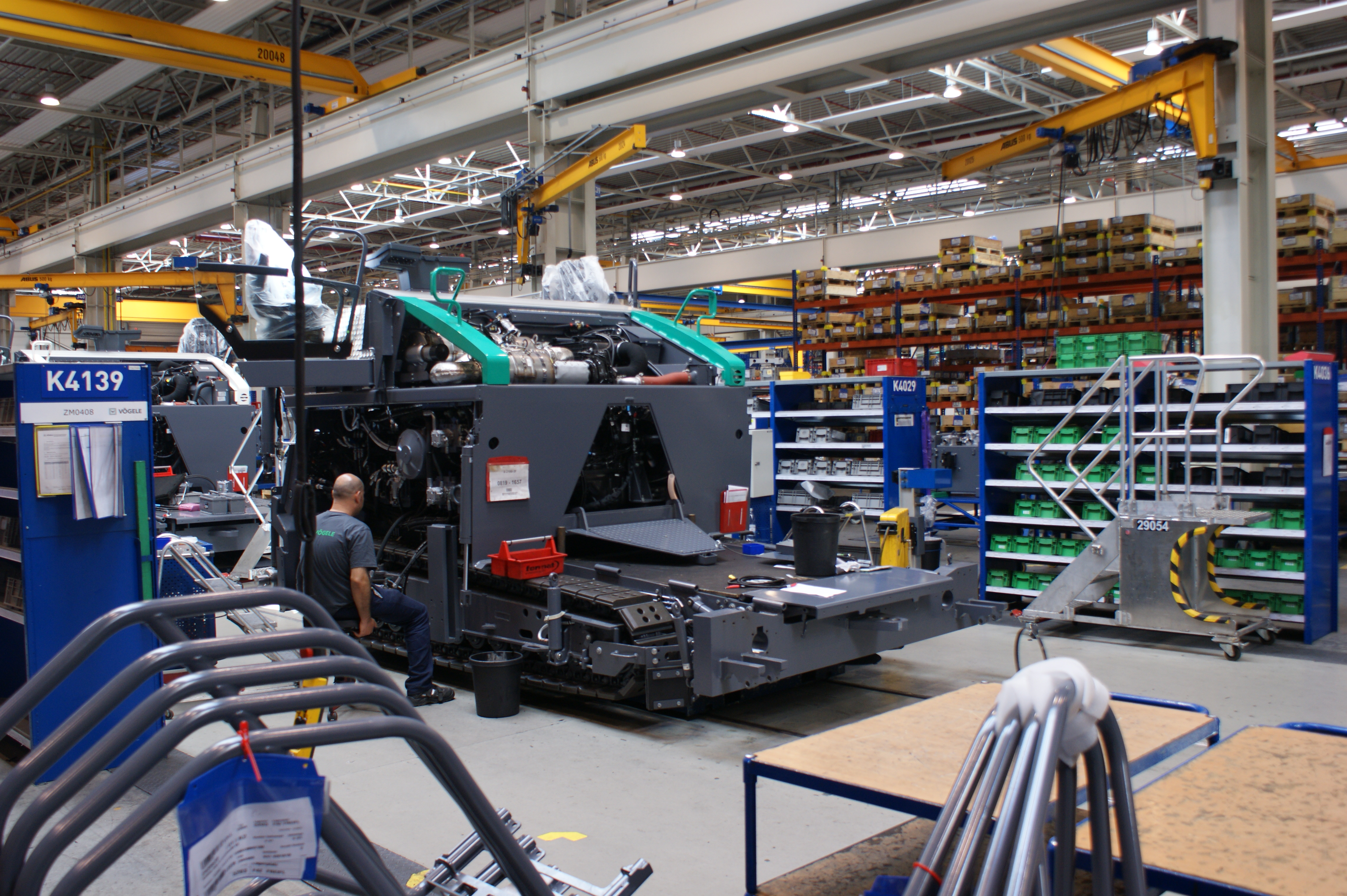 <p>De productie van asfaltmachines loopt bij Vögele in rap tempo op. Het bedrijf verwacht een productiegroei van 40%. Om die groei in goede banen te leiden, wordt de fabriek in Ludwigshafen flink vergroot.</p>