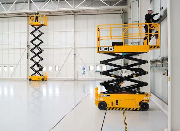 <p>Vijf op lithium-ion-accu's draaiende schaarliften heeft JCB ontwikkeld. Het Nederlandse verhuurbedrijf Hoogwerkt heeft er 420 van besteld.</p>