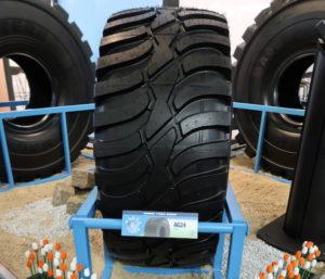 Nederlandse tulpen omzoomden op de Intermat letterlijk de banden van Magna Tyres Group. Hiermee werd nog eens benadrukt dat Magna sinds dit voorjaar banden produceert in de fabriek van OBO Banden in Hardenberg. Op de foto de nieuw ontwikkelde AG24-band. Made in Holland.