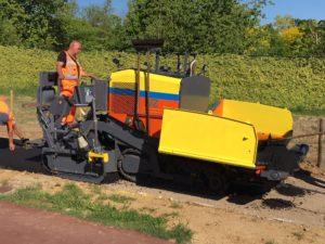 De Jong Zuurmond verwerkt de eerste tonnen asfalt met hun nieuwe Dynapac F1200CS in Limburg. Met de asfaltmachine wordt daar fiets- en voetgangerspad vernieuwd.