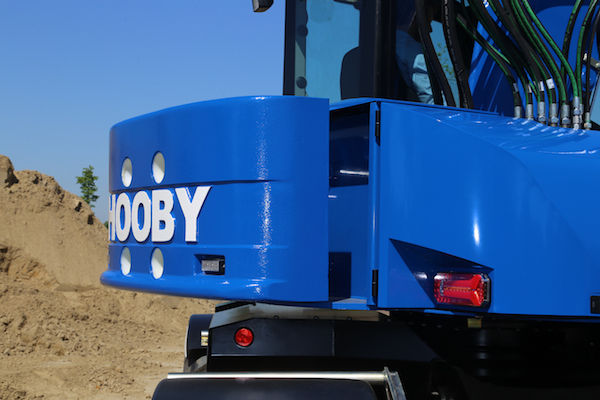 <p>Het uitschuifbare contragewicht is typisch Hooby. Gecombineerd met een laag zwaartepunt, dus de motor in de onderwagen, en een lichte giek met fors bereik maakt dat de MH115 een ideale maaikraan. </p>
