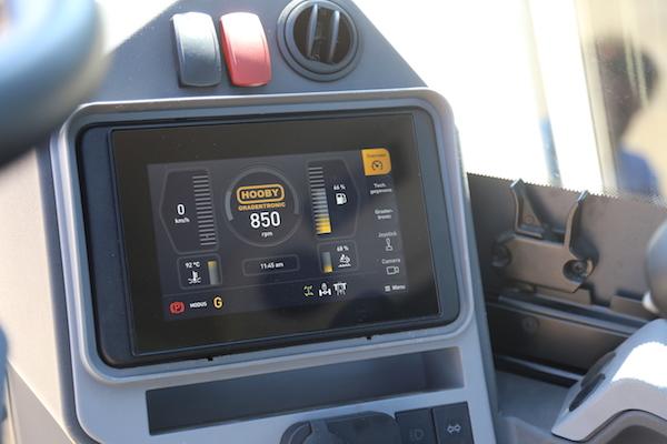 <p>Hobelmans touchscreen is de poort naar praktisch oneindig veel mogelijkheden die de software in combinatie met hydrauliek te bieden heeft. Gradertronic is standaard.</p>