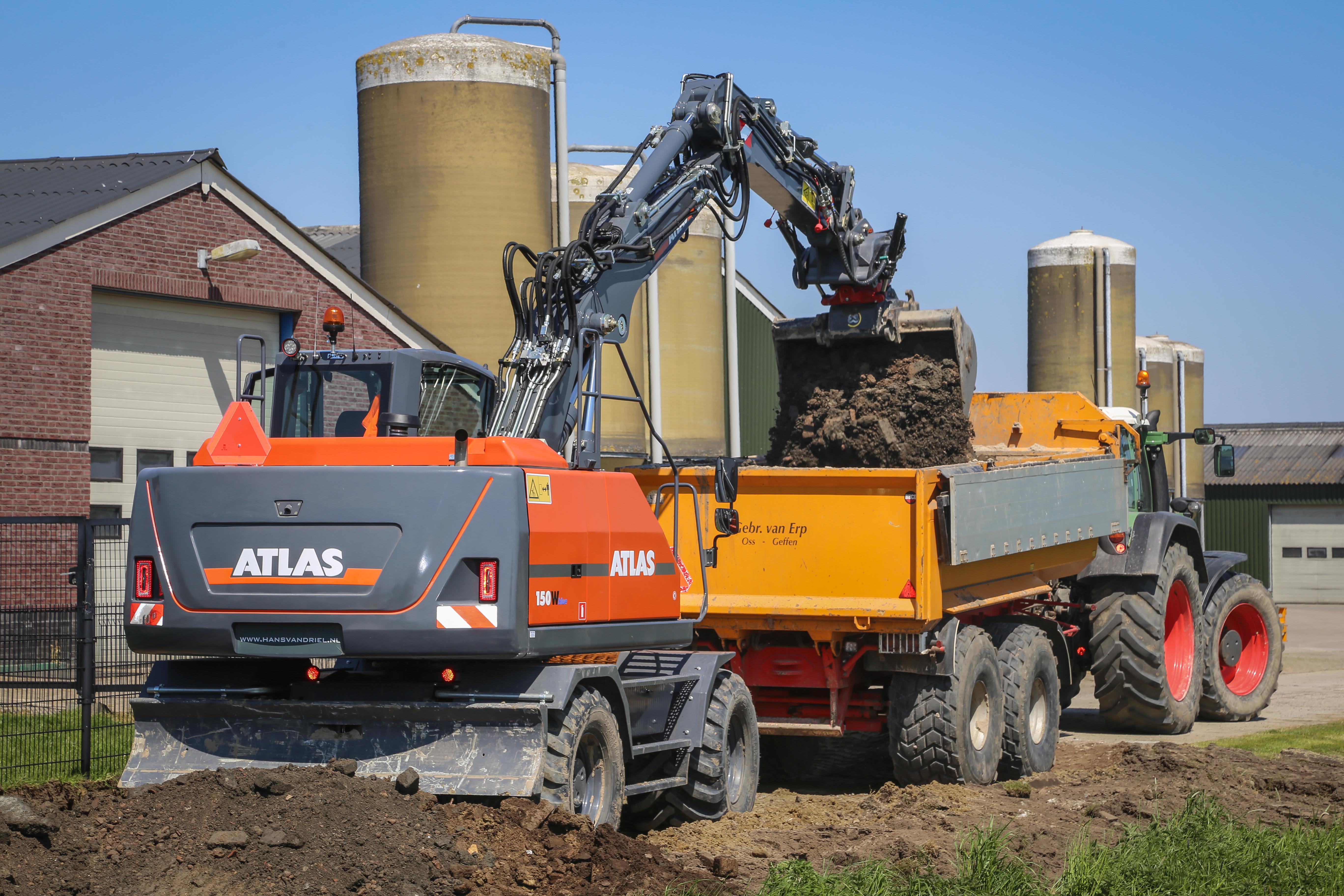 <p>Loon- en grondverzetbedrijf Coppens in Oss gebruikt zijn Rototilt R4 wig-wig nu ruim een maand aan de Atlas W150.</p>