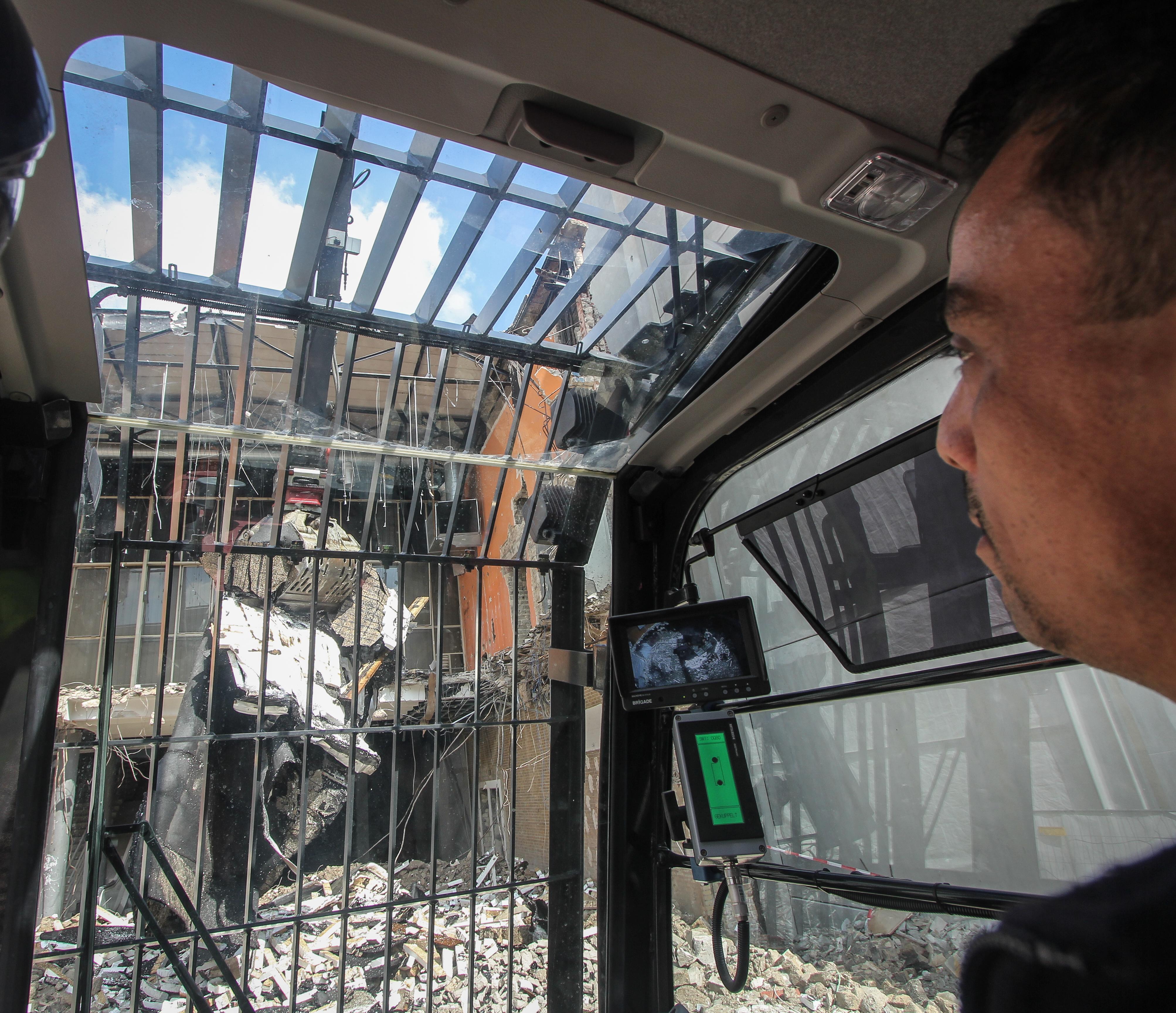 <p>Machinist Sven heeft goed zicht. De Hitachi-cabine is door Kiesel omgebouwd waardoor de stijl tussen voorruit en dakraam weg is. Bovendien is de cabine nu kantelbaar. </p>