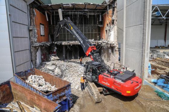 Rechts nieuwbouw, links bestaande bouw. Iets dieper in deze sloop moeten zowel dakconstructie als betonvloer intact blijven. Laarakkers wordt er niet direct nerveus van.