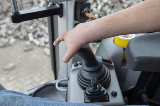 De drie hendels aan de linkerzijde zijn vervangen door joysticks.