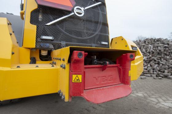 Dankzij de vangmuil op de Volvo L60H hoeft Jens de cabine niet te verlaten om de drie-assige aanhanger aan te koppelen. Een sensor in de bek van de vangmuil detecteert de aanhanger wanneer deze zich binnen een straal van 15 meter bevindt, waarna de klep z