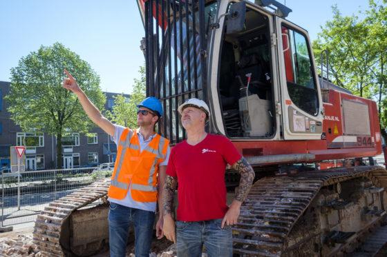 Uitvoerder Arnold Kriekaard (links) overlegt met machinist Leen de Groot over de voortgang van de werkzaamheden.