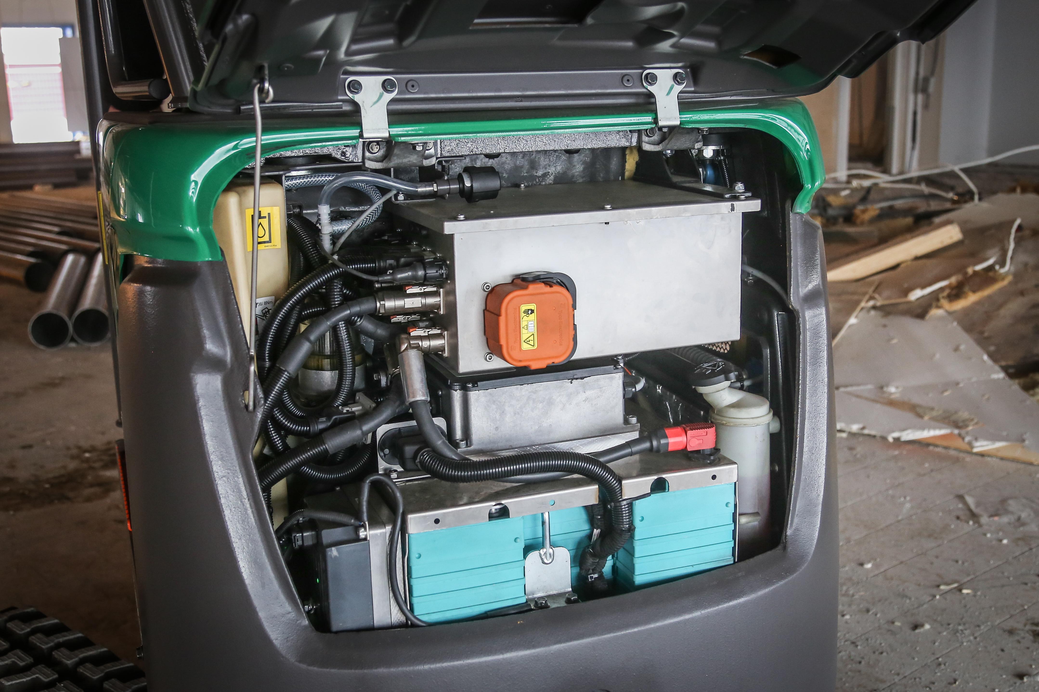 <p>De dieselmotor ruimde het veld voor een accupakket met lader. Een compacte elektromotor drijft nu de hydrauliekpomp aan. Verder bleef de Volvo origineel, en dat houdt de kosten in de hand. </p>