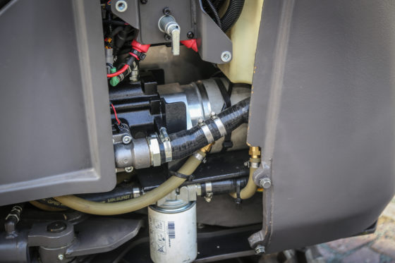 De watergekoelde elektrische invertermotor is achter de linker zijbeplating net zichtbaar. Deze levert 12 kW, en dat is evenveel als de dieselmotor van oorsprong. Verschillen in prestaties zijn niet waarneembaar.