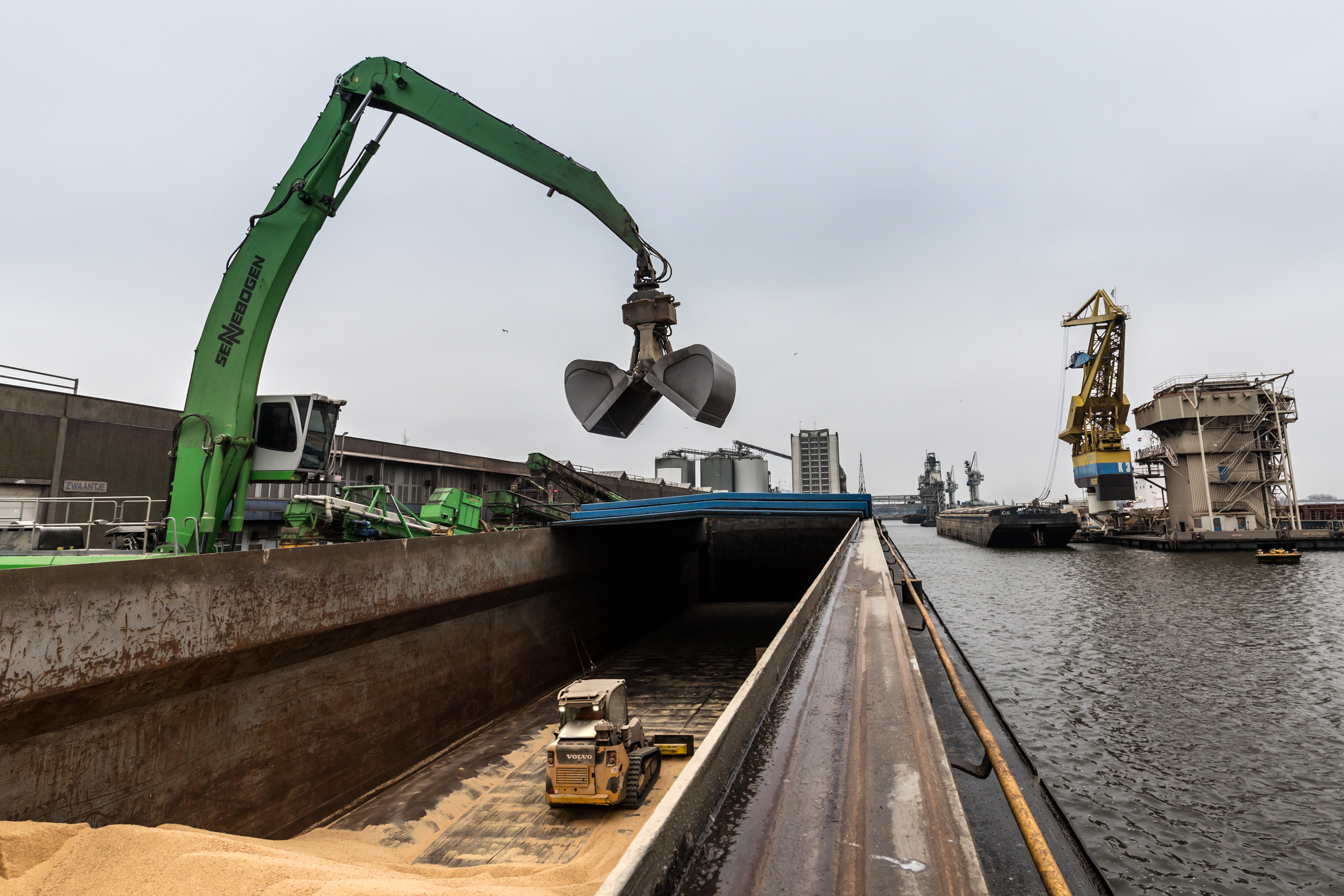 <p>Bij regen wordt het lossen van het schip direct stilgelegd en gaan de luiken boven het ruim dicht. Dankzij de automatische snelwissel kunnen schranklader en machinist razendsnel uit het ruim worden gehaald.</p>