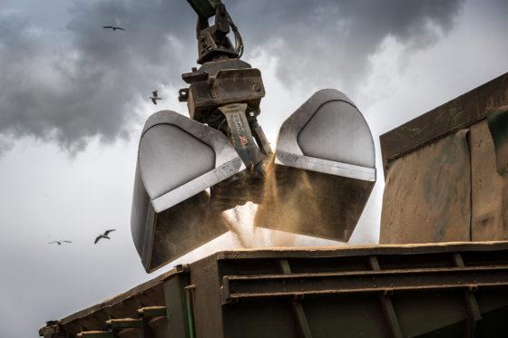 Met de overslagmachine kan een schip met 500 ton veevoergrondstof binnen twee uur worden gelost.