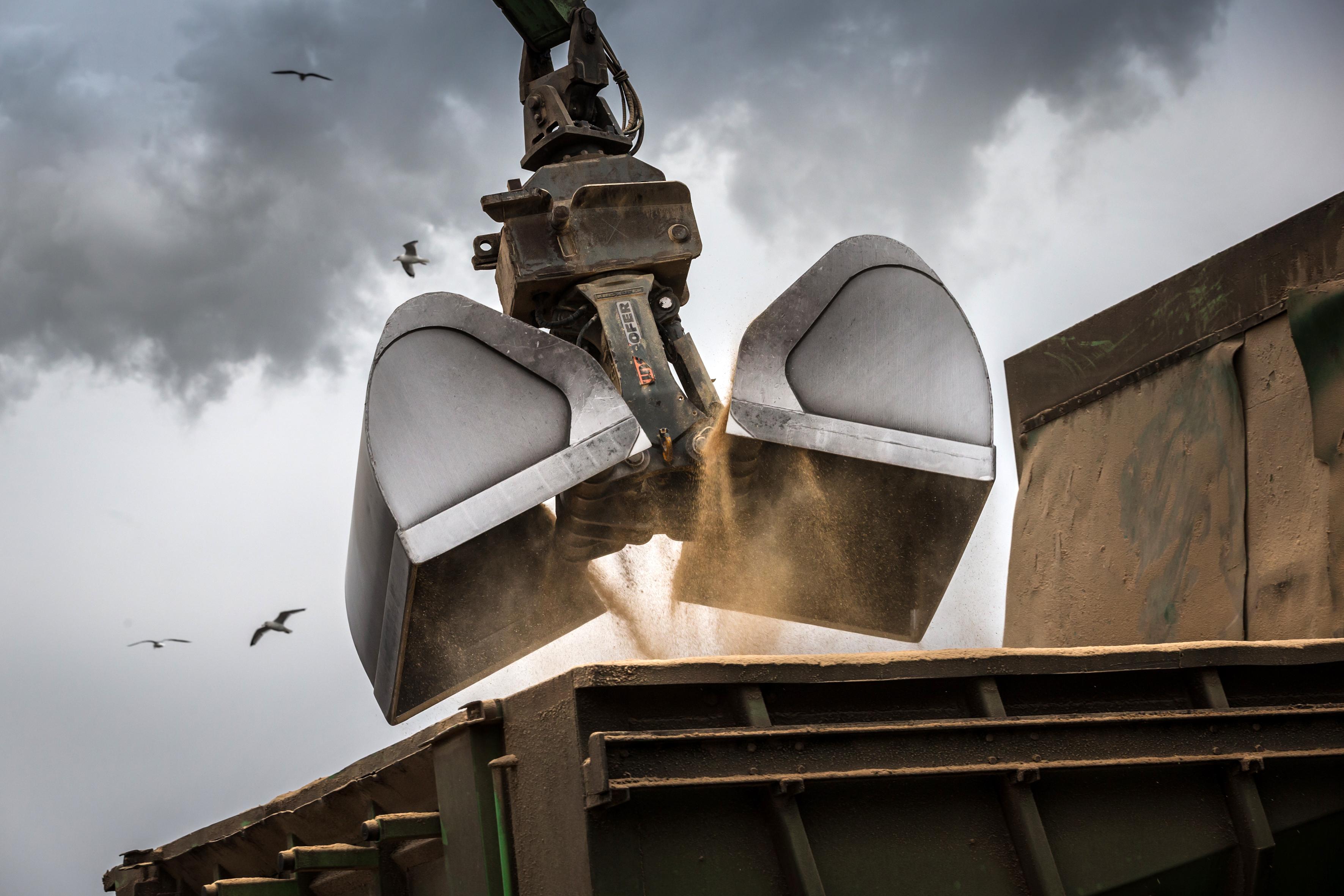 <p>Met de overslagmachine kan een schip met 500 ton veevoergrondstof binnen twee uur worden gelost.</p>
