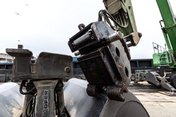 De overslagmachine hoefde op geen enkele wijze te worden aangepast voor de automatische snelwissel. Er kan onder druk worden aan- en afgekoppeld. De garantie van de machine blijft dus gewaarborgd.