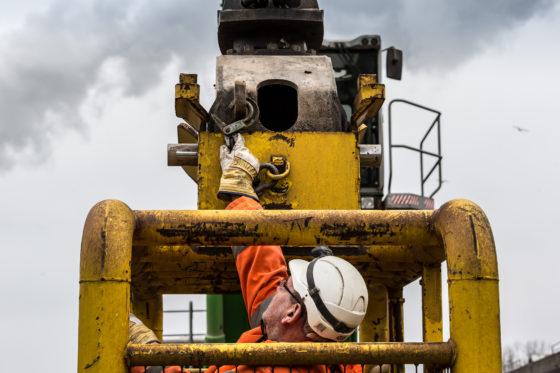 Om er bij een eventuele hydrauliekuitval zeker van te zijn dat de kooi niet van de kraan losschiet, is deze extra gezekerd met een ketting.