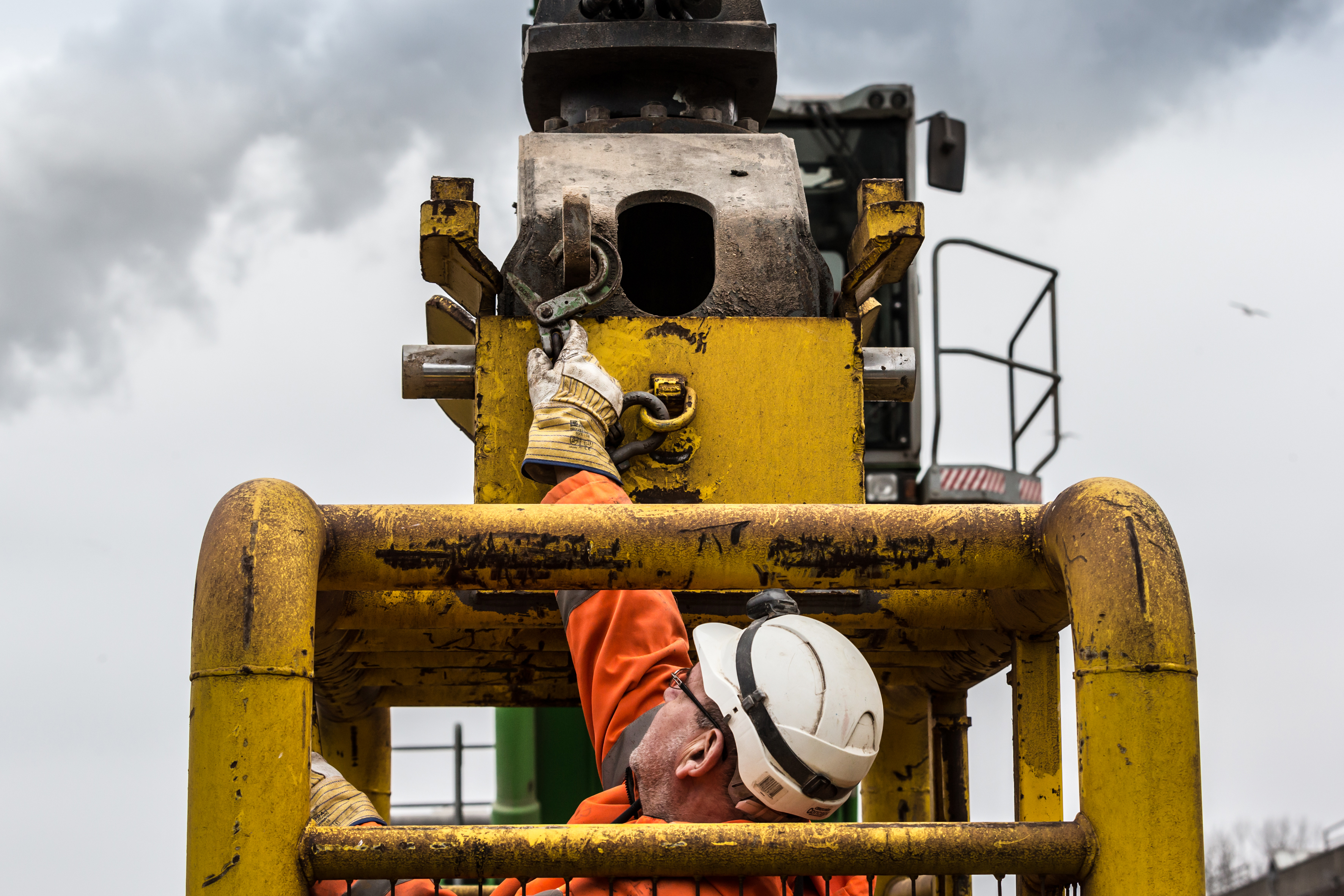 <p>Om er bij een eventuele hydrauliekuitval zeker van te zijn dat de kooi niet van de kraan losschiet, is deze extra gezekerd met een ketting.</p>
