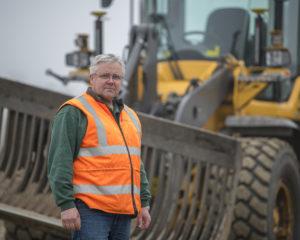 Gerrit Wiggers is helemaal in zijn sas met de kantelfunctie op de L70H. 'Het systeem is werkelijk ideaal voor het onder profiel schuiven van zand en puinbanen.'