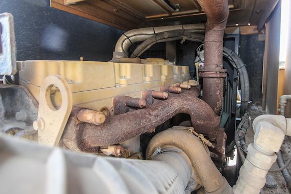 <p>De 6-cilinder Caterpillar C6.6 levert een forse 225 pk. Volop power dus. Onder garantie kreeg het blok wel een nieuwe turbo en brandstofpomp. Morooka-importeur Meerman loste dat samen met de motorenleverancier netjes op. </p>