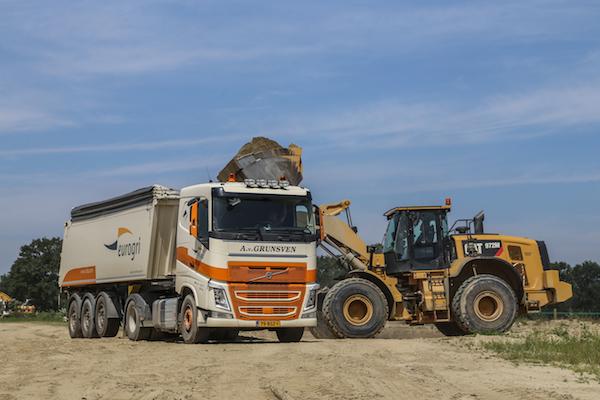 <p>Binnen de vloot ook veel trekkers met oplegger. Veel trucks rijden in kleuren van de opdrachtgever, zoals deze voor Niba in Reuver. Hier geladen door een CAT972M.</p>