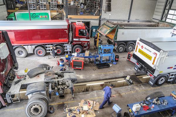 <p>Voor groot onderhoud komen alle trucks naar Uden. Ook een versnellingsbakrevisie doen de mannen zelf. Met de opbouwactiviteiten erbij is het nu wel krap. Plannen voor een nieuwe werkplaats liggen er al.</p>
