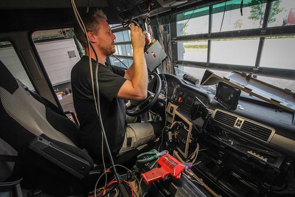 <p>Een truck zelf opbouwen behelst heel wat meer dan een kipbak erop knallen. Denk aan inbouwen en afzekeren van de camera, schakelaars, boordcomputer, werklampen en pneumatische ventielen van de opbouw. </p>