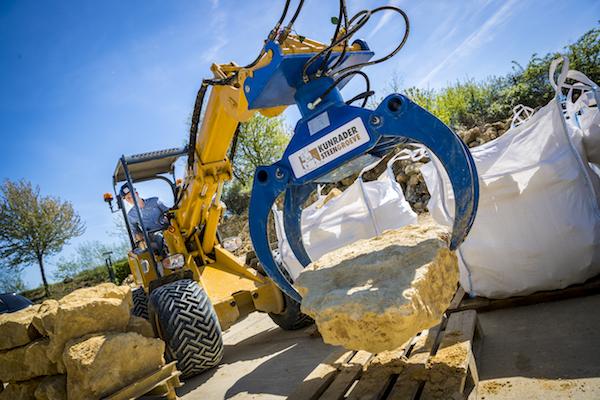 <p>Bij de machine is een Eurograb bomenklem geleverd. Het ideale uitrustingsstuk voor het oppakken van de waardevolle stenen, aldus Bas Vervuurt. 'Een sloop-sorteergrijper bleek minder geschikt.</p>