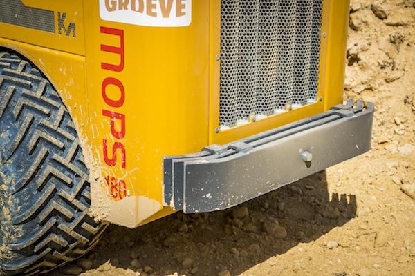 <p>Om de stabiliteit verder te verbeteren is achterop de 1.800 kg wegende kniklader 100 kg extra gewicht geplaatst.</p>