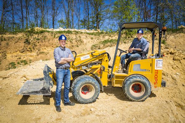 <p>Jan-Willem Slegh (links), verkoper bij Knikmops importeur De Schans, adviseerde Bas Vervuurt te kiezen voor de 180 Tele.</p>