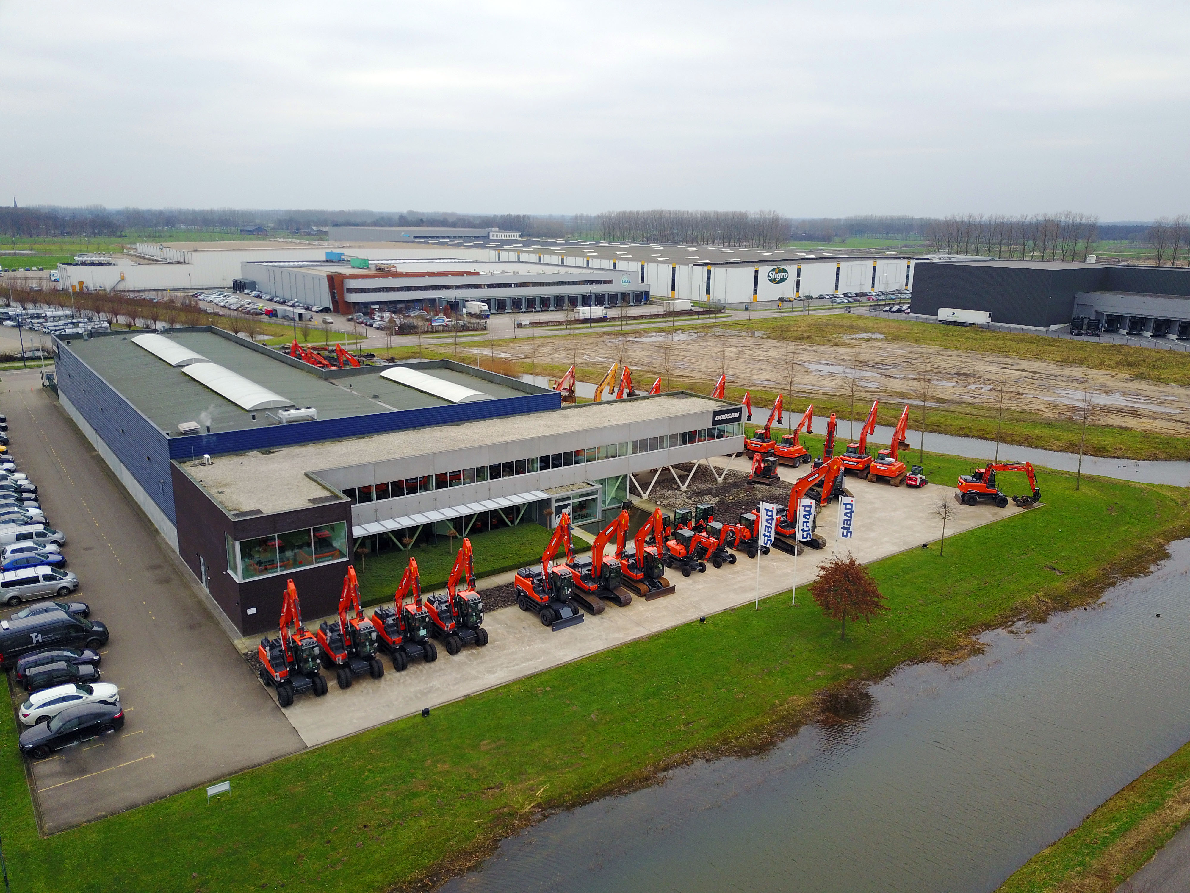 <p>Overzicht van het Staad-pand in Veghel. Voorheen zat New Holland-importeur De Bruycker in dit gebouw. In 2013, bij de start van het bedrijf, trok Staad erin. Enkele maanden eerder, hartje crisis, was het Belgische De Bruycker uit Nederland vertrokken. De Bruycker is nu de huurbaas van Staad.</p>