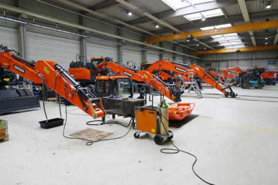 Een reeks nieuwe machines die gaat worden klaargemaakt voor levering.