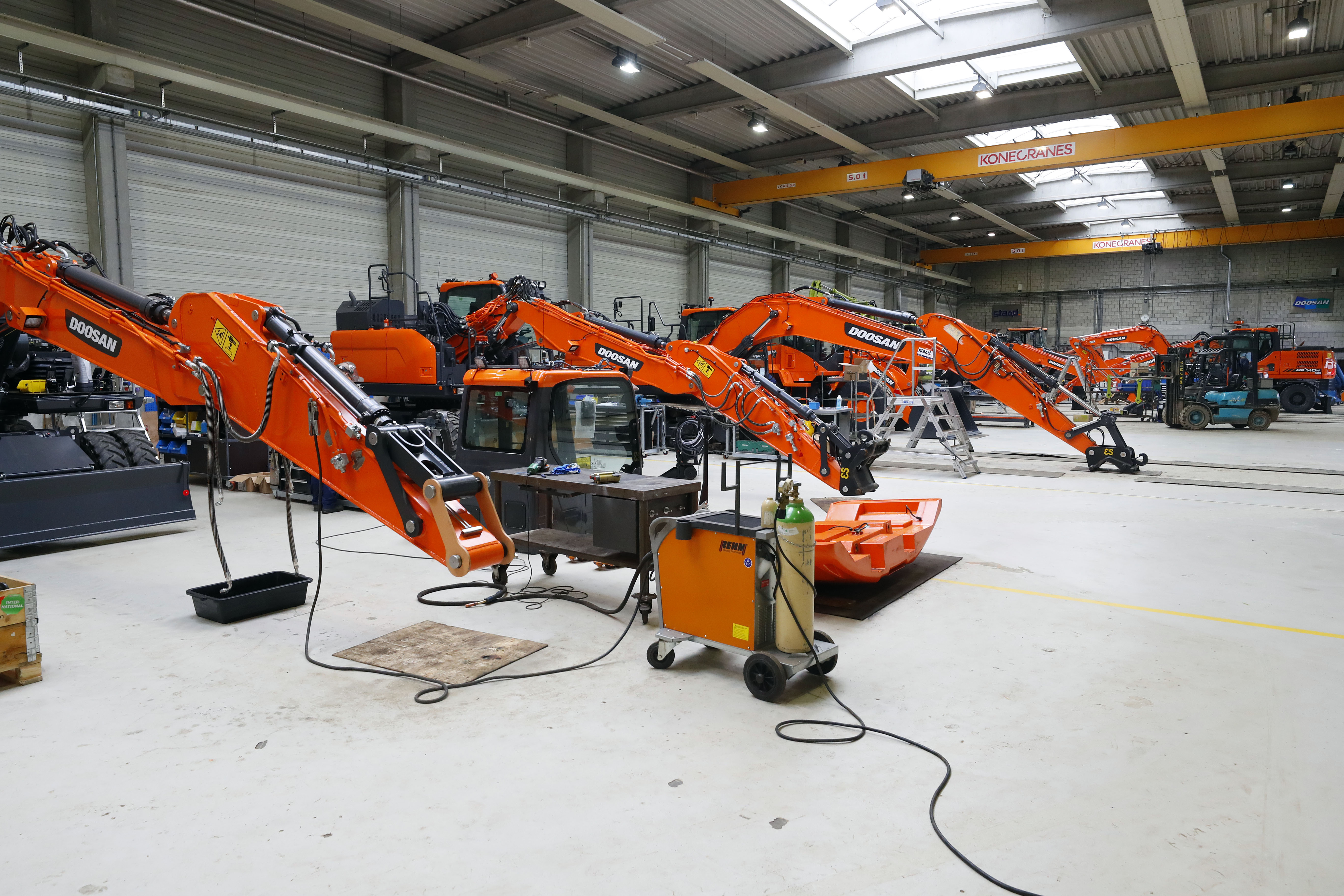 <p>Een reeks nieuwe machines die gaat worden klaargemaakt voor levering.</p>