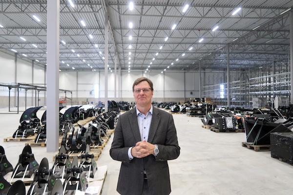 <p>CEO en oprichter Stefan Stockhaus van Steelwrist in de nieuwe fabriek. 'Wij zijn klaar voor wereldwijde expansie.'</p>
