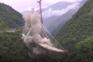 VIDEO: Rampbrug met hijskraan en al opgeblazen