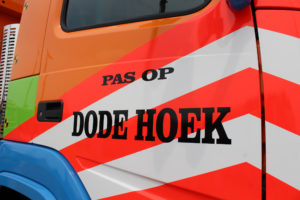 Om de medeweggebruikers nog eens extra te attenderen op de dode hoek die een vrachtauto kent, voert Vrijbloed Transport al ruim 15 jaar de zogenaamde dodehoeksticker.