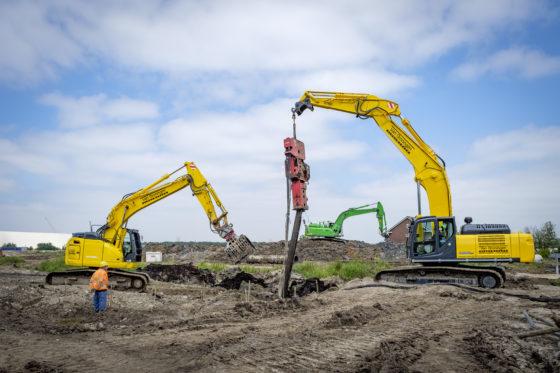De meest recente aanschaf van Van Groningen Sloopwerken is de Kobelco SK350LC-10. Hier wordt de machine in combinatie met een trilblok ingezet bij het trekken van palen in Ridderkerk. Links de vorig jaar aangeschafte Kobelco SK270SR.