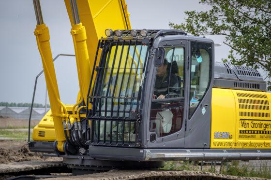 Van Groningen laat al zijn machines spuiten in de gele huiskleur van het bedrijf.