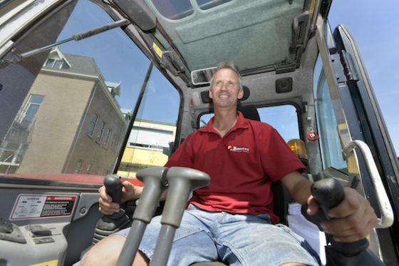 De 45-jarige John Angevare, sinds vijf jaar werkzaam bij aannemersbedrijf Zuidhoek in Voorhout, is de BouwMachines 'Machinist van de maand' augustus 2018.