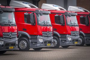 Dertien trucks Mercedes-Benz voor Bouw Logistic Services