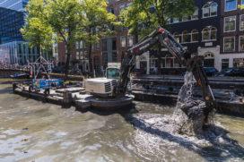 VIDEO: Schaeff op ponton houdt grachten schoon