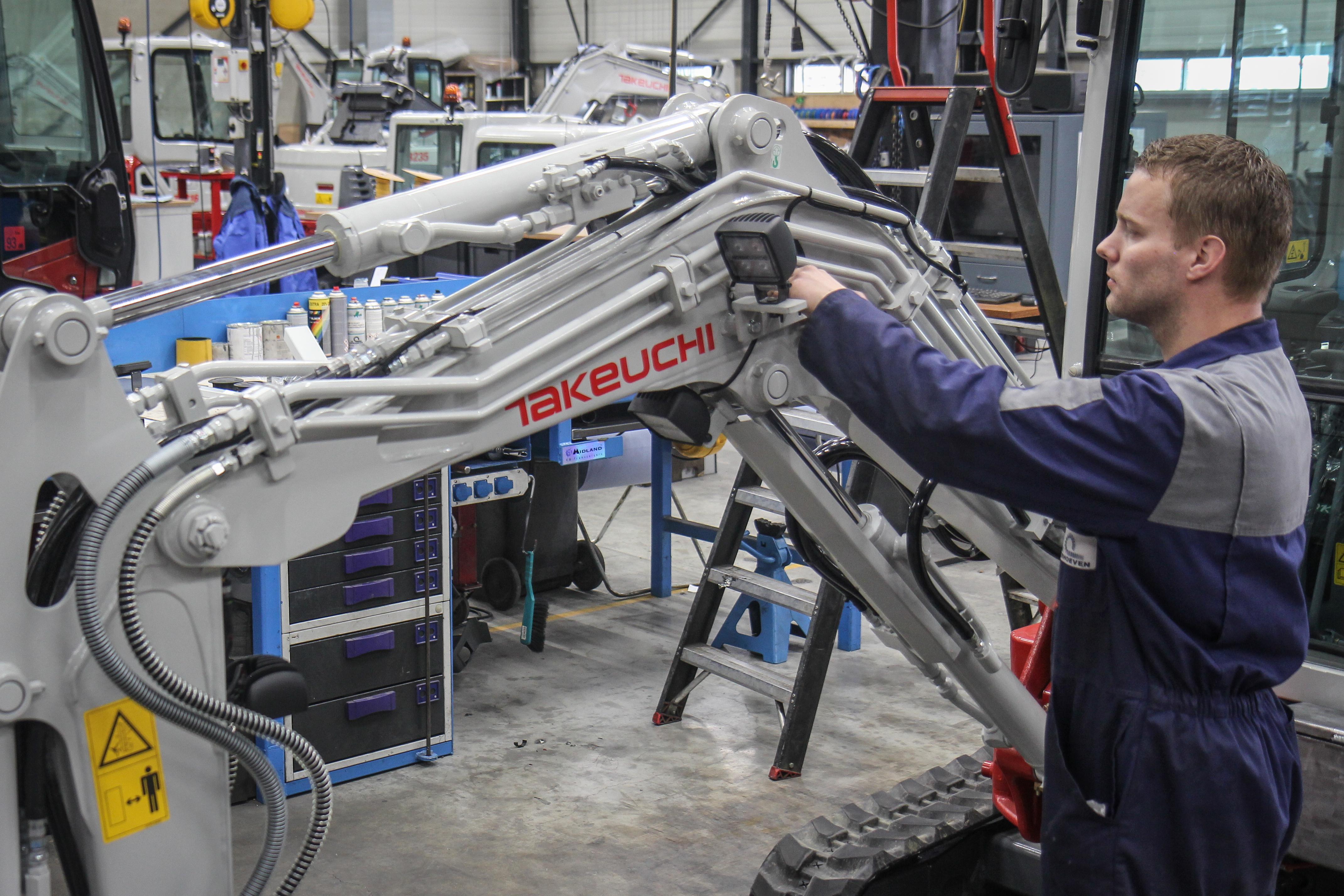<p>Hoewel Takeuchi machines affabriek zo compleet mogelijk worden geleverd met allerlei opties, worden in de werkplaats van Verhoeven machines vaak ook nog klantspecifiek aangepast. 'De Nederlandse machinist wil altijd nog wat extra's.'</p>