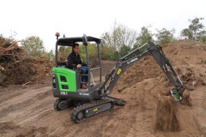 Daverende primeur: elektrische mini-graver van Nederlandse bodem