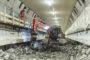 Aangepaste Liebherr machines verwijderen rijvloer uit Maastunnel