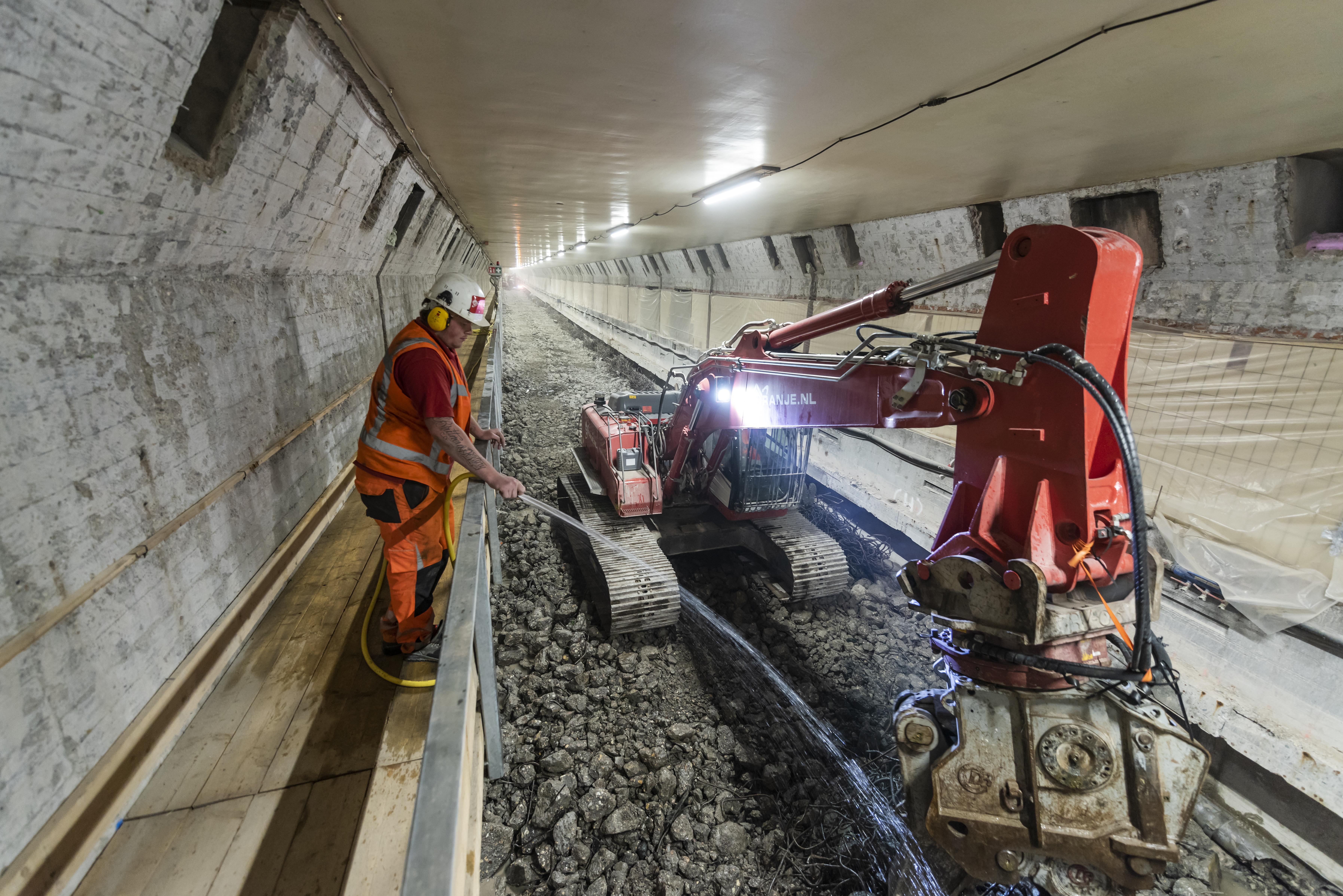 <p>Rigter Handelsonderneming bouwde voor twee Liebherr machines van Oranje een lepelsteel van één meter. Een korte lepelsteel was nodig in verband met de beperkte hoogte in de Maastunnel.</p>